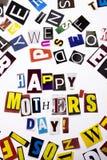 显示愉快的母亲` s天的概念词文字文本由企业案件的另外杂志报纸信件制成在wh 免版税库存图片