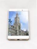 显示慕尼黑,毒菌的整个银幕的图片现代智能手机 免版税库存照片