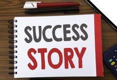 显示成功案例的手写的文本 企业在笔记薄便条纸写的启发刺激的概念文字,木 免版税库存图片