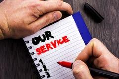 显示我们的服务的手写的文本标志 帮助您的客户的概念性照片顾客市场支持帮助概念书面  免版税库存图片