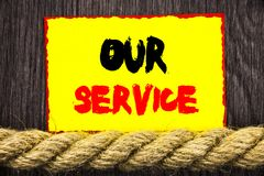 显示我们的服务的手写的文本标志 帮助您的客户的概念性照片顾客市场支持帮助概念书面  免版税库存照片