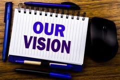 显示我们的视觉的手写的文本 在笔记本在向求爱的笔访纸写的销售方针视觉的企业概念 免版税库存图片