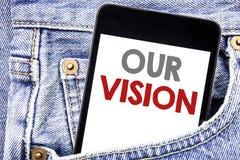 显示我们的视觉的文字文本 在手机电话智能手机写的销售方针视觉的企业概念在人p 库存图片