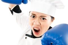 显示战斗攻击拳打姿势的疯狂的厨师 库存照片
