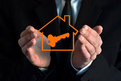显示房子标志的商人 免版税库存图片
