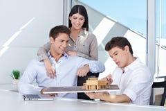 显示房子设计的建筑师 免版税库存图片