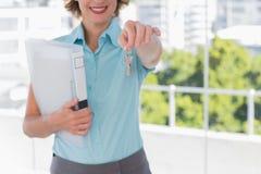 显示房子钥匙的房地产经纪商 免版税库存图片