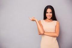 显示手指的一个微笑的女孩的画象  免版税库存图片