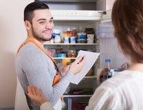 显示打破的冰箱的主妇 免版税库存图片