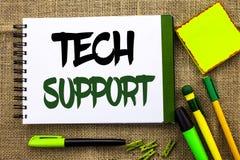 显示技术支持的文本标志 技术员给的概念性照片帮助在网上或电话中心在Notebo写的顾客服务 库存照片