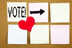 显示投票的概念性手文字文本说明启发在木backgro写的选举团票数和爱表决概念 图库摄影