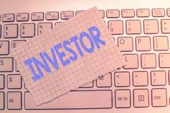 显示投资者的文字笔记 陈列企业的照片展示放金钱入财政的组织 免版税库存照片