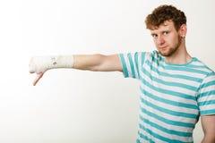 显示拇指的哀伤的人下来由被包扎的手 免版税库存照片