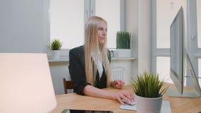 显示拇指的妇女下来在办公室 坐在看照相机的西装的工作场所年轻白肤金发的女性和 股票视频