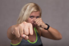 显示拳头的危险女性战斗机 免版税库存照片
