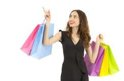 显示拷贝空间的友好的购物妇女 免版税库存图片