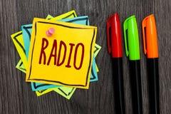 显示收音机的文本标志 概念性为听使用的照片电子设备广播节目显示三支记号笔f 免版税库存照片