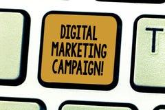 显示数字市场活动的概念性手文字 陈列网上销售的企业照片 图库摄影