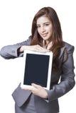 显示数字式片剂的年轻女实业家 库存图片