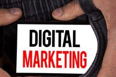 显示数字式行销的文本标志 产品概念性照片战略为在机动性在网上写的数字技术服务 免版税库存照片