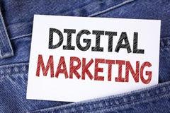 显示数字式行销的文本标志 产品概念性照片战略为在稠粘在网上写的数字技术服务 图库摄影