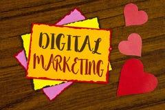 显示数字式行销的文本标志 产品概念性照片战略为在稠粘在网上写的数字技术服务 免版税库存照片
