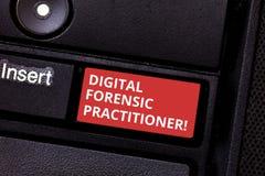 显示数字法庭实习者的文本标志 调查的计算机犯罪键盘的概念性照片专家 免版税库存图片
