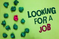 显示文字的笔记寻找工作 陈列失业的寻找的工作补充人力资源橄榄颜色的企业照片 免版税库存照片
