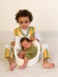 显示新出生的婴孩的骄傲的兄弟姐妹 免版税库存照片
