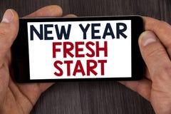 显示新年崭新的开始的文字笔记 企业照片陈列的时间跟随决议提供援助在Mo写的梦想工作 免版税库存照片