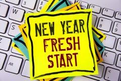 显示新年崭新的开始的文字笔记 企业照片陈列的时间跟随决议提供援助在Ye写的梦想工作 库存照片