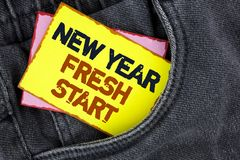 显示新年崭新的开始的文字笔记 企业照片陈列的时间跟随决议提供援助在Ye写的梦想工作 免版税图库摄影