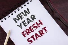 显示新年崭新的开始的文本标志 概念性照片时间跟随决议提供援助在的笔记薄写的梦想工作 免版税库存图片