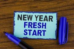 显示新年崭新的开始的文本标志 概念性照片时间跟随决议提供援助在稠粘的笔记写的梦想工作pap 库存图片