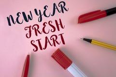 显示新年崭新的开始的文本标志 概念性照片时间跟随决议提供援助在简单的桃红色写的梦想工作  免版税库存照片