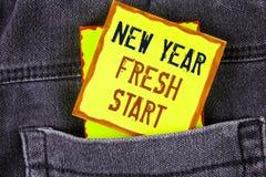 显示新年崭新的开始的文本标志 概念性照片时间跟随决议提供援助在黄色稠粘的N写的梦想工作 免版税库存照片