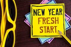 显示新年崭新的开始的文本标志 概念性照片时间跟随决议提供援助在黄色稠粘的N写的梦想工作 免版税库存图片