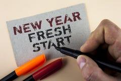显示新年崭新的开始的概念性手文字 企业照片文本时间跟随决议提供援助梦想工作书面b 免版税库存图片