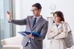 显示新的公寓物产的房地产开发商对客户 库存照片