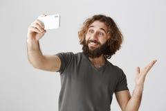 显示新的公寓的人通过录影闲谈 演播室射击了有卷发和胡子的正面英俊的东部丈夫 库存照片