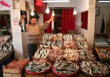 显示新鲜的抓住的鱼贩 免版税库存图片