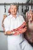 显示新鲜的红肉的屠户 免版税库存照片