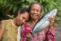 显示新鲜的飞鱼鱼的妇女 图库摄影