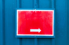 显示方向的反射性红色布告牌在金属b登上了 免版税库存图片