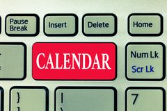 显示日历的文字笔记 显示几天星期月特殊年提示的企业照片陈列的页 图库摄影