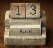 显示日期4月13日的一本非常老木葡萄酒日历o 免版税库存图片