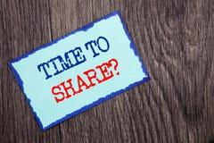 显示时刻的文字文本分享问题 陈列您的故事的企业照片分享反馈建议信息writte 免版税库存照片