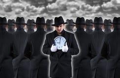 显示时钟的人 免版税库存图片