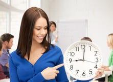 显示时钟的学生 免版税库存照片