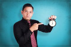 显示时钟的恼怒的上司 库存照片